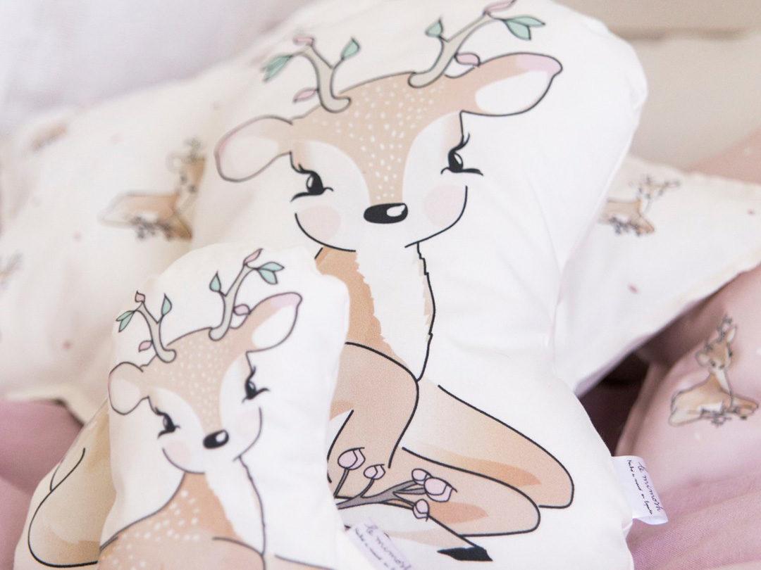 Cojín con forma de estrella de algodón orgánico y ecológico, fondo en color natural y estampado de ciervitos. Creado con mucho cariño y en exclusiva para nuestra marca, LE MIMOSH.