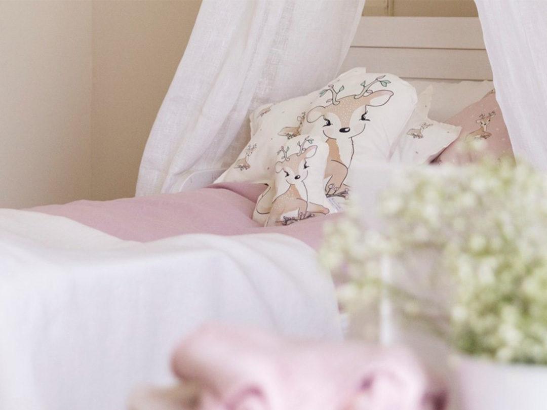 Cojín con la forma de nuestro Ciervo. Algodón orgánico y ecológico. Perfecto para una habitación infantil dulce y acogedora.
