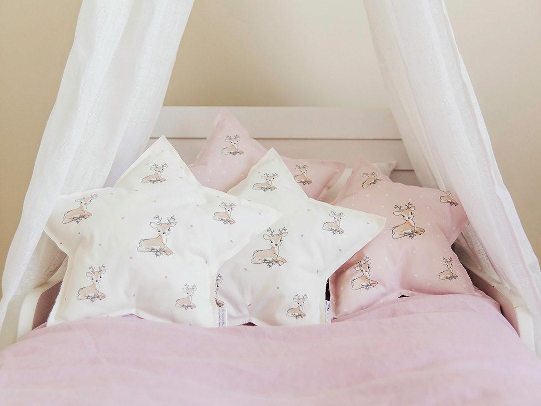 Cojín de estrella suave de algodón orgánico y ecológico creado con mucho cariño y exclusivo de nuestra marca, LE MIMOSH. Estampado con nuestro ciervito.