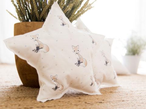 Cojín de estrella suave de algodón orgánico y ecológico creado con mucho cariño y exclusivo de nuestra marca, LE MIMOSH. Estampado con nuestro zorrito.