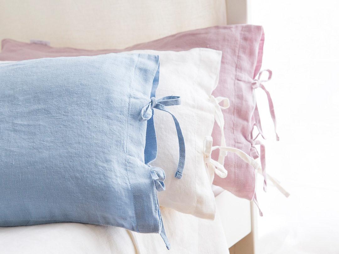 Cojín de lino en color azul empolvado perfecto para crear un ambiente muy natural, con ese aire característico de la Provenza.