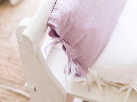 Cojín de lino en color rosa lavanda perfecto para crear un ambiente muy natural, con ese aire característico de la Provenza.