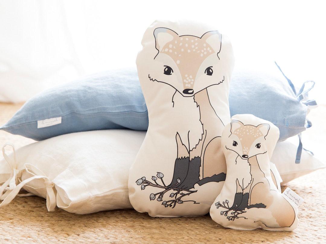 Cojín con la forma de nuestro pequeño zorro, perfecto para darle un toque dulce a la cuna de tu bebé.