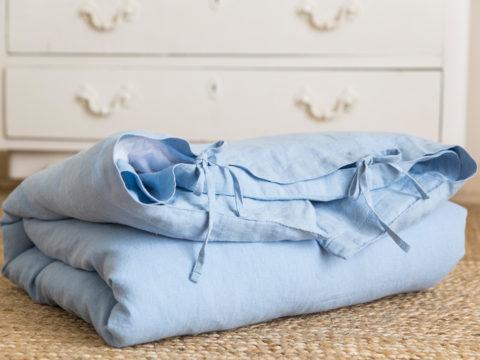 Funda de lino lavado a la piedra en azul empolvado perfecto para la cuna de tu bebé, hazte con tu funda única o regala un detalle a una mamá primeriza.
