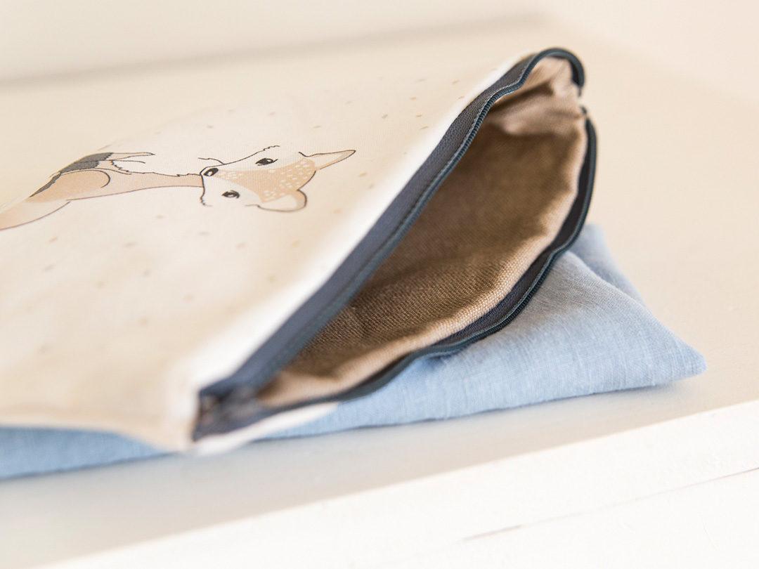 Neceser con cremallera práctico para guardar las cositas de bebé y llevarlo en el bolso. Puedes guardar peines y chupetes de tu bebé, pañales, toallitas.
